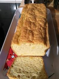 le pain cétogène fait dans un grand moule à cake
