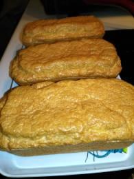 le pain cétogène fait dans 3 minis moules à cake