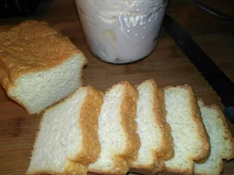 le pain cétogène tranché
