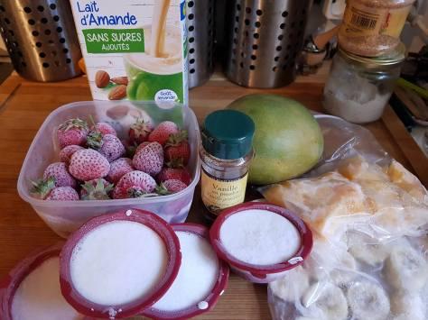 fruits en morceaux congelés, lait de coco congelé, vanille et lait d'amande